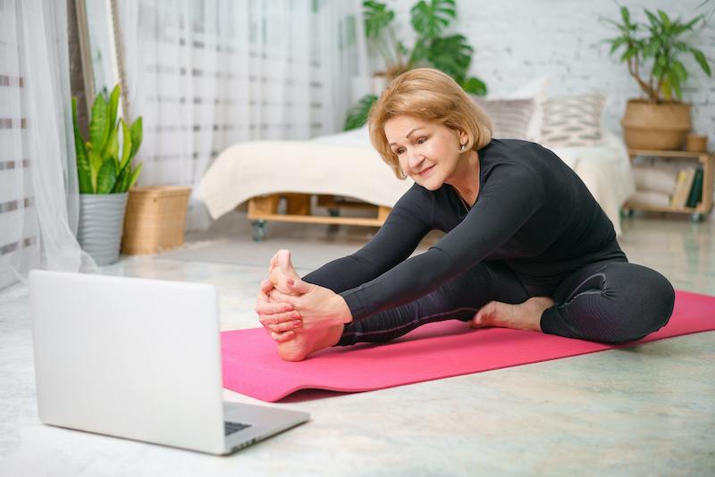 souplesse-femme-senior-stretching-beatrice-debordeau-sophrologue-coach-de-vie-paris-15.peg