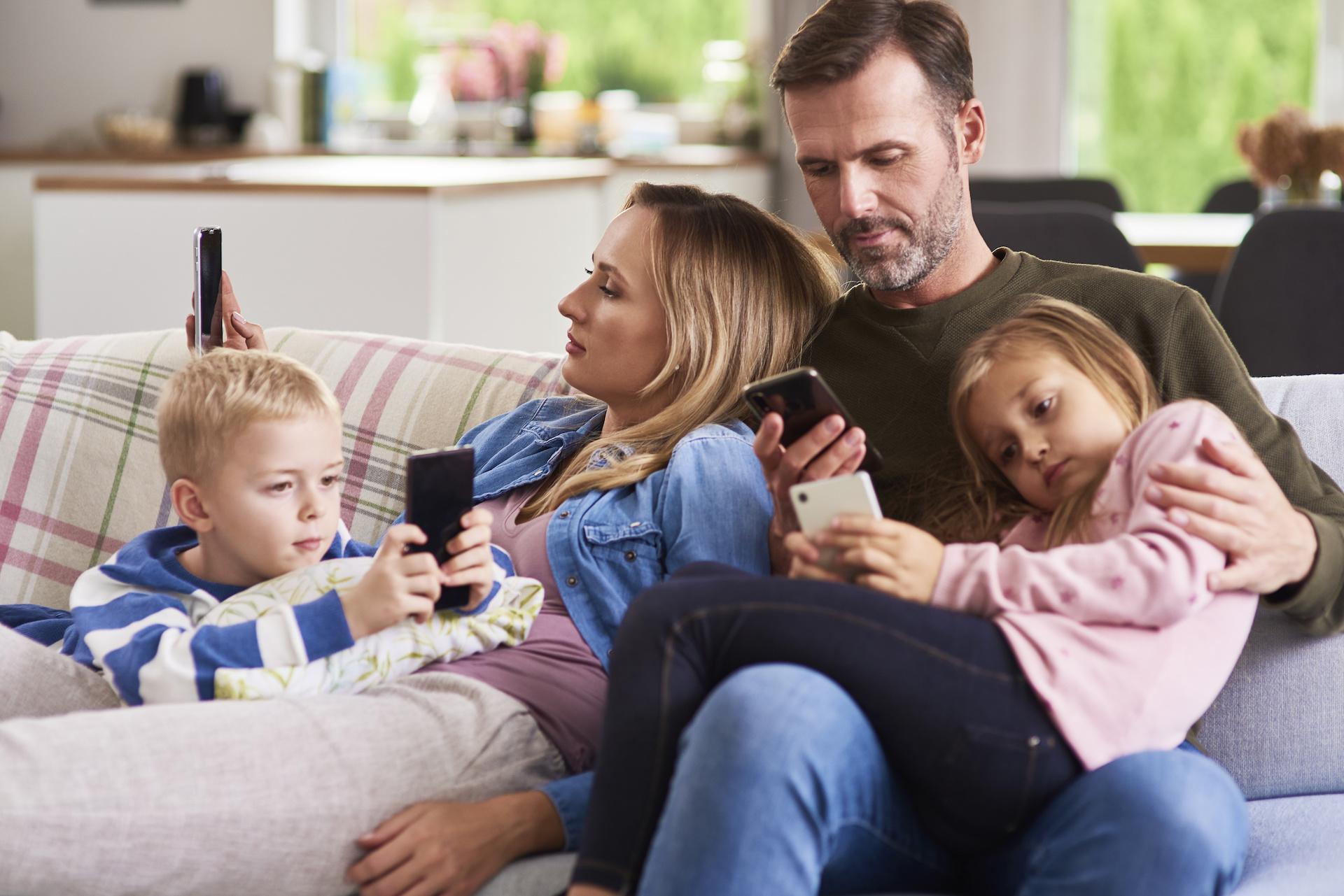 famille-ennui-connecté-communication-dbsophro-beatrice-debordeau